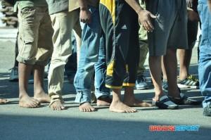 Immigrati a piedi scalzi